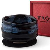 Matchaschale dunkel, blaues Muster, 400ml, Filzuntersetzer in roter Holzbox