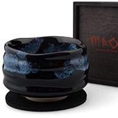 Matchaschale dunkel, blaues Muster, 400ml, Filzuntersetzer in schwarzer Holzbox